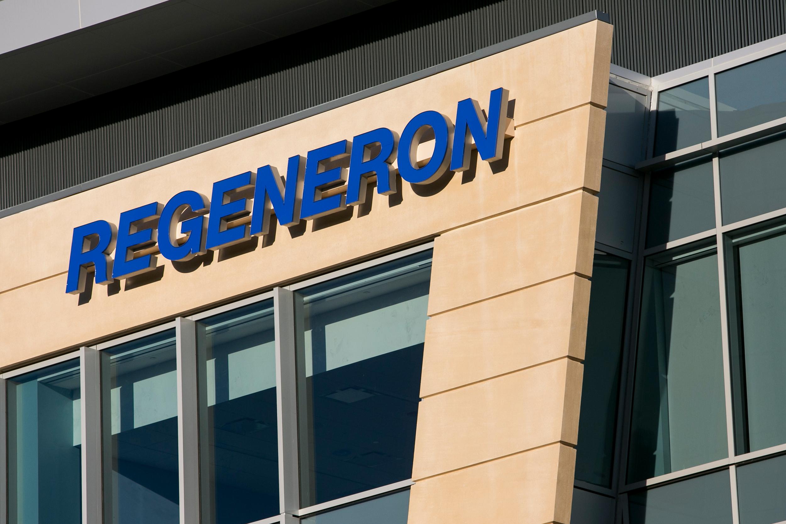Compania Regeneron cere autorizarea rapidă în SUA a anticorpilor monoclonali administraţi lui Trump