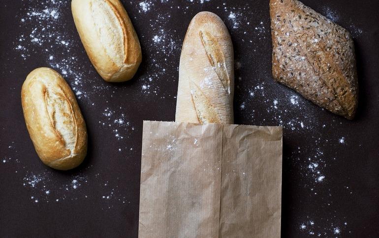 Ipoteză a cercetătorilor români: Cel puțin 500 de persoane se contaminează zilnic cu Covid-19 atingând pâine neambalată
