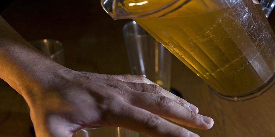 Studiu: Riscul de cancer asociat alcoolului, un motiv convingător pentru a-i face pe oameni să bea mai puţin