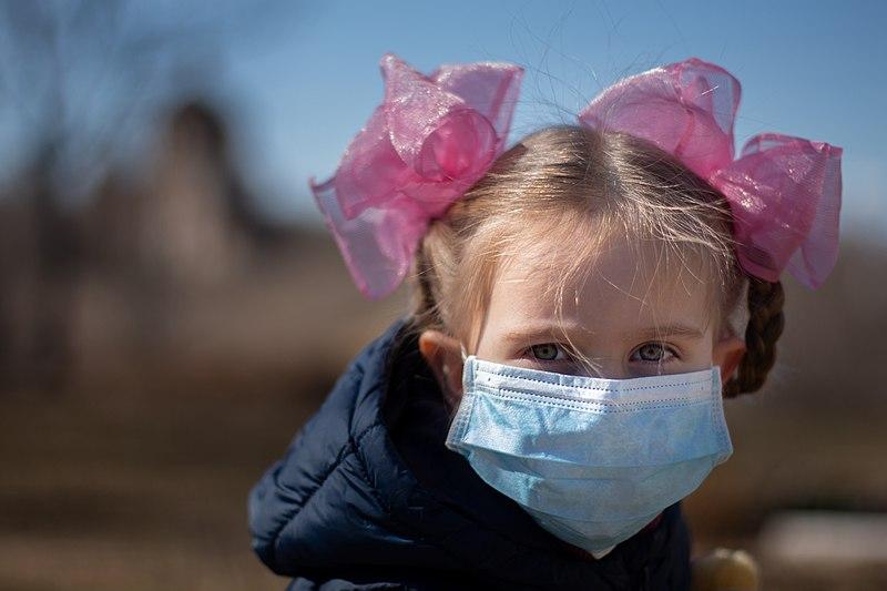 Studiu: Copiii pot avea coronavirus și pot fi testați pozitiv pentru anticorpi în același timp