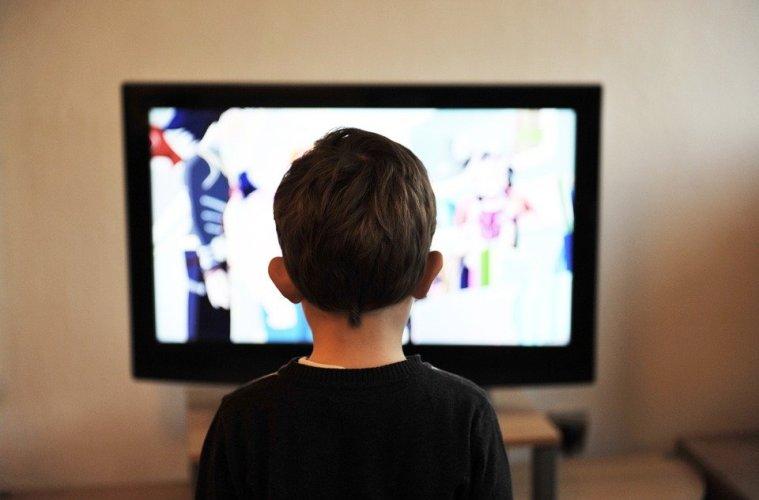 Studiu: Servirea mesei în faţa televizorului poate avea efecte negative asupra dezvoltării limbajului la copii