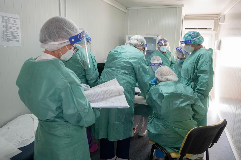 Părinţii infectaţi cu SARS-CoV-2 vor fi trataţi în secţiile de pediatrie unde se află  internaţi şi copiii lor