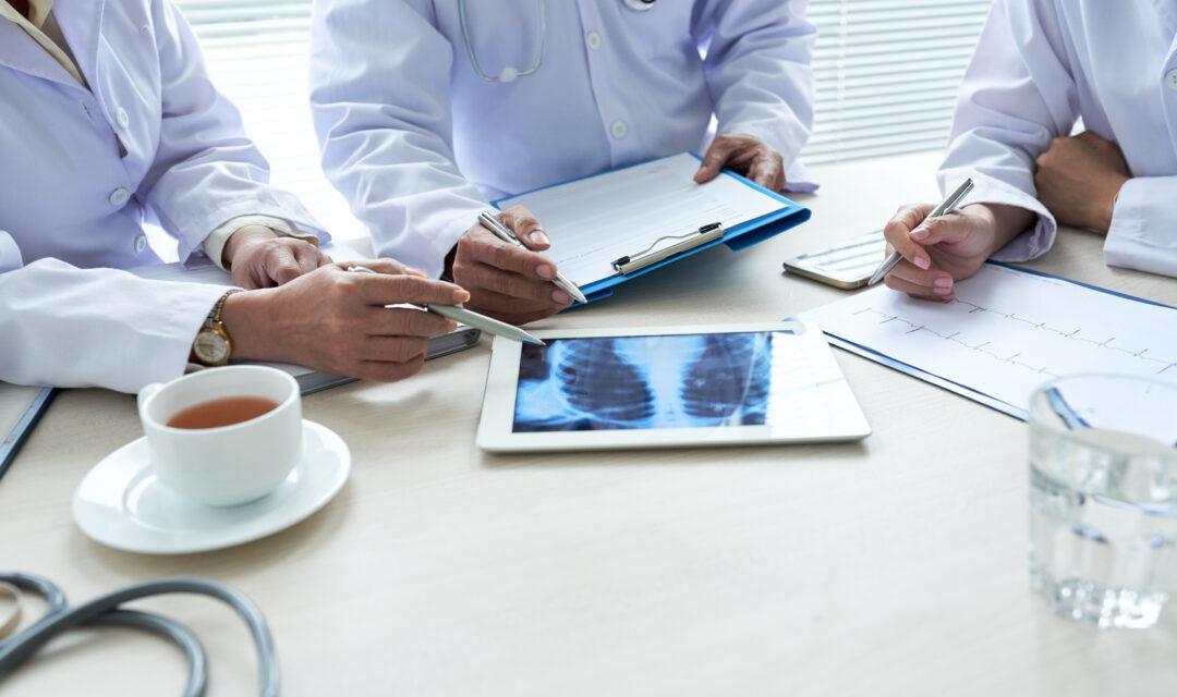 Studiu: Persoanele cu abonament medical, merg de două ori mai des la medic decât cele fără abonament