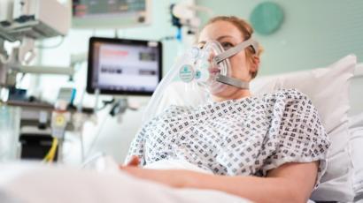 Marea Britanie a aprobat un dispozitiv respirator pentru tratarea cazurilor de Covid-19 în afara secţiilor ATI