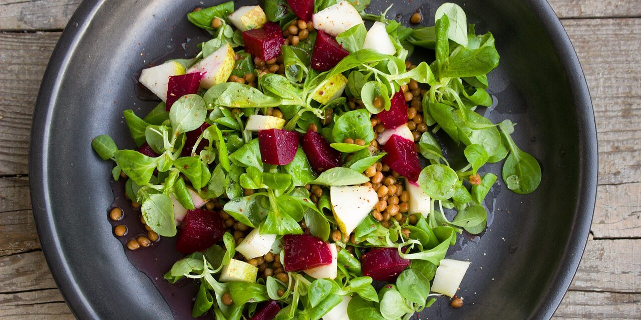 Studiu: Consumul alimentelor pe bază de plante la cină poate reduce cu 10% riscul de boli de inimă