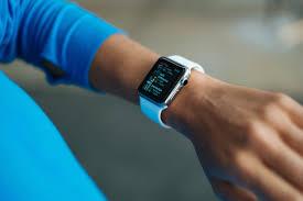 Dispozitivele de monitorizare a activităţilor sportive ar putea deveni aparate pentru depistarea simptomelor de Covid-19